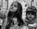 Dzieci-oczekuja-na-komunie